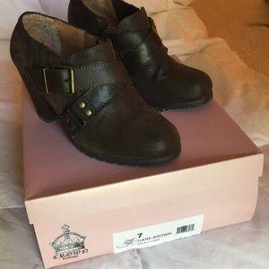Crown Vintage brown leather booties w/heel